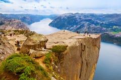 Cliff Preikestolen in fjord Lysefjord - Noorwegen Royalty-vrije Stock Afbeeldingen