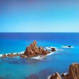 Cliff Rocks och hav Andalusia Cabo de Gata parkerar, Almeria, Spa arkivfoton