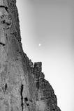 Cliff Side och måne Arkivbild