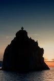 Cliff Strombolicchio, coucher du soleil, Italie Images stock