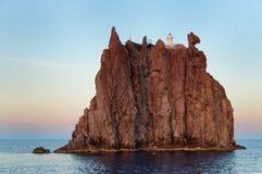 Cliff Strombolicchio, coucher du soleil, Italie Photos stock