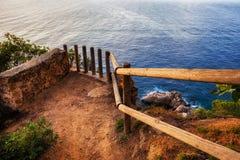 Cliff Top Tiny Viewpoint Terrace som förbiser havet royaltyfria foton