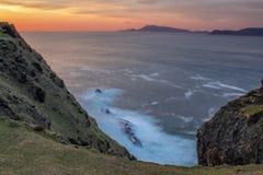 Cliff View da Clare Island all'isola di Achill al tramonto fotografia stock