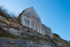 Clifffs de Stevns e iglesia de Hojerup Foto de archivo libre de regalías