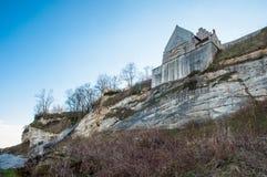 Clifffs de Stevns e iglesia de Hojerup Imagen de archivo libre de regalías