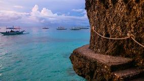 Cliffside-Insel-Weg-% Fischerboote stockbilder