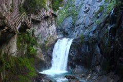 Cliffside kliver nära vattenfallet Arkivbilder