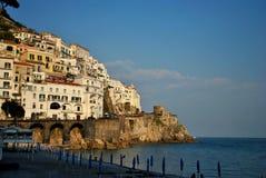 Cliffside stad i den Amalfi kusten Royaltyfria Bilder