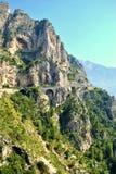 Cliffside väg i den Amalfi kusten Royaltyfri Foto