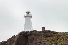 Cliffside Witte Vuurtoren bij Kaapspear Newfoundland royalty-vrije stock foto