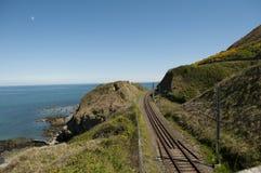 Cliffwalking entre el rebuzno y Greystone, Irlanda Fotografía de archivo libre de regalías