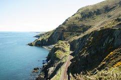 Cliffwalking entre el rebuzno y Greystone, Irlanda Fotografía de archivo