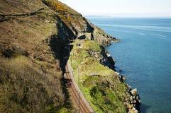 Cliffwalking entre el rebuzno y Greystone, Irlanda Imagen de archivo