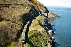Cliffwalking entre le braillement et le Greystones, Irlande photos stock