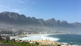Clifton Beach com cordilheira de doze apóstolos em Cape Town Fotografia de Stock Royalty Free