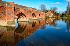 CLIFTON HAMPDEN, OXFORDSHIRE/UK - 25 DE MARZO: Vista del puente Foto de archivo libre de regalías