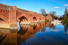 CLIFTON HAMPDEN, OXFORDSHIRE/UK - 25 DE MARZO: Vista del puente Foto de archivo