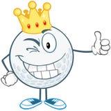 Clignant de l'oeil la boule de golf avec la couronne d'or tenant un pouce  Photo libre de droits