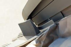 Clignotant en coupe avec le matériel d'isolation thermo dans la lucarne ou la lucarne de fenêtre de toit images stock