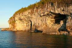 Cliifs с пещерой на Lakeshore Стоковое Фото