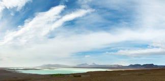 Clima de tempestade em montanhas islandêsas no lago Sandvatn Standstorm envolve montanhas no fundo Foto de Stock Royalty Free