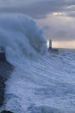 Clima de tempestade no farol de Porthcawl, Gales do Sul, Reino Unido imagem de stock royalty free