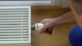 Clima di controllo dell'uomo a casa stock footage