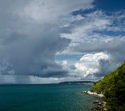 Clima tempestuoso con las nubes oscuras Foto de archivo
