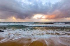 Clima tempestuoso en una playa en Kauai, Hawaii, los E.E.U.U. Imagen de archivo libre de regalías