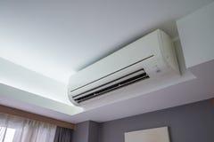 Climatiseur refroidissant le système frais dans la chambre à coucher d'hôtel Photographie stock libre de droits
