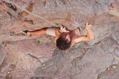 Climberl στο βράχο Στοκ εικόνες με δικαίωμα ελεύθερης χρήσης