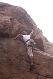 Climberl sur la roche photographie stock