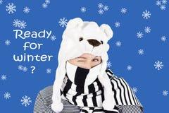 Clin d'oeil d'hiver avec le chapeau d'ours blanc Photo libre de droits