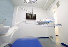Clinica dentaria moderna con molti strumenti per preoccuparsi per la carie dentaria fotografie stock