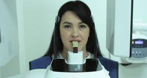 Clinica dentaria moderna L'ortodontista dice il paziente circa le stampe dei raggi x 4K stock footage
