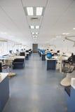 Clinica dentaria vuota con molte stazioni Fotografie Stock Libere da Diritti