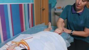 Clinica medica E Massaggio di distensione del piedino archivi video