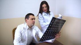 clinica Medici esaminano i raggi x video d archivio