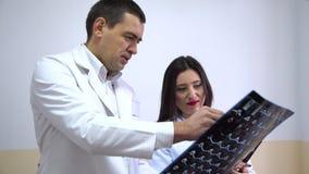 clinica Medici esaminano i raggi x archivi video