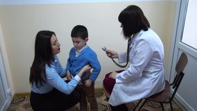 clinica Medico esamina un ragazzino stock footage