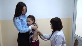 clinica Medico esamina una bambina archivi video