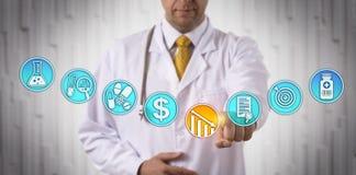 Clinician som fäller ned pris av den godkända drogen royaltyfri bild