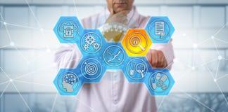 Clinician som grubblar risk för datafullständighet i GMP royaltyfri foto