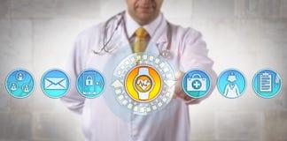 Clinicien ajoutant la montre-bracelet intelligente avec ECG APP Image stock