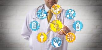 Clinicien fournissant des soins de santé par l'intermédiaire de l'analyse d'ADN images stock