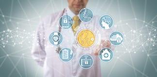 Clinico che accede ai sistemi diagnostici medici App immagine stock libera da diritti