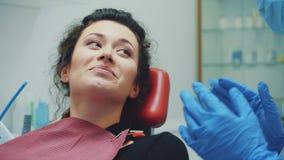 Clinique dentaire Réception, examen du patient Soin de dents La jeune femme subit un examen dentaire par a banque de vidéos