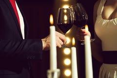 Clink стекла с красным вином пар на встрече стоковые изображения