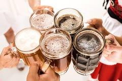 Clinking με τα γυαλιά μπύρας Στοκ Εικόνες