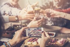 Clinking ποτά ομάδας ανθρώπων και λήψη της φωτογραφίας στοκ εικόνες με δικαίωμα ελεύθερης χρήσης